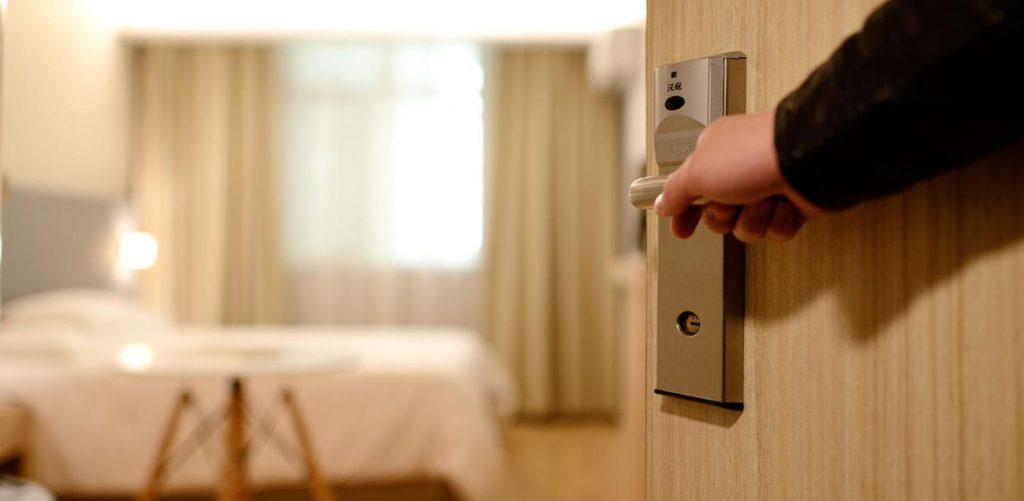 deur opent naar hotelkamer