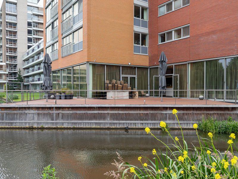 Horecaruimte met terras aan het water te Alphen ad Rijn
